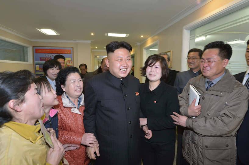 Март 2014. Ким Чен Ын с работницами детского госпиталя
