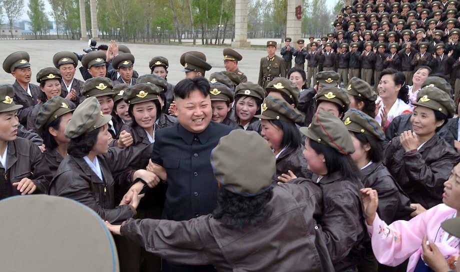 Апрель 2014. Ким Чен Ын на встрече с женщинами-военными