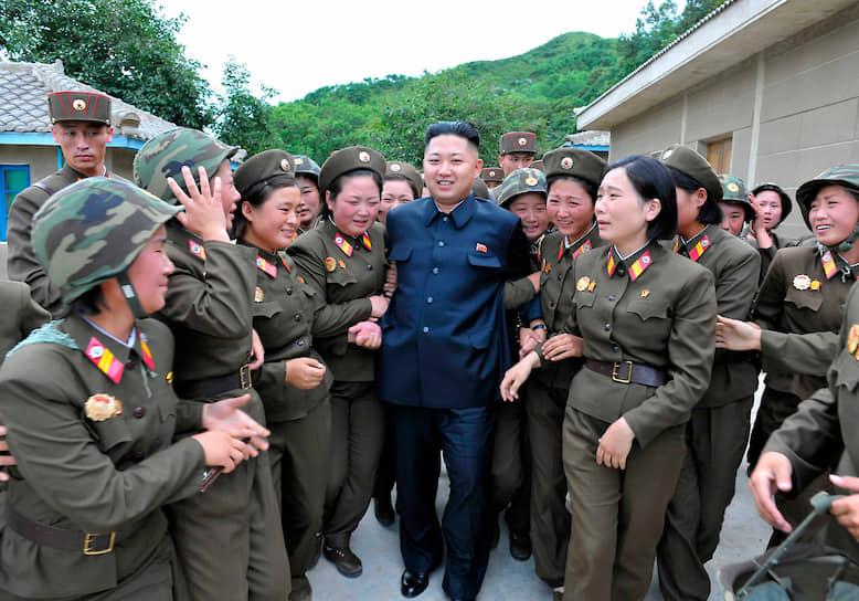 Август 2012. Ким Чен Ын во время посещения воинской части