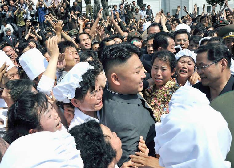 Июнь 2013. Ким Чен Ын на встрече с работниками завода