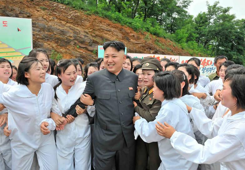 Июль 2013. Ким Чен Ын с работницами фермы по выращиванию грибов