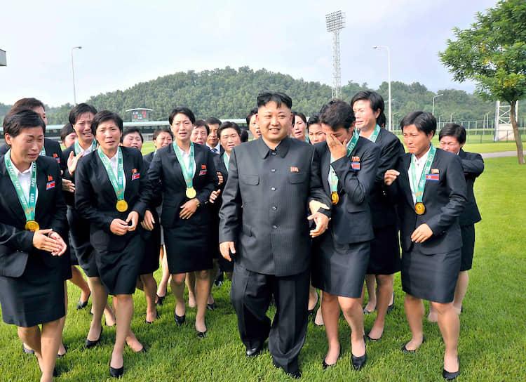 Август 2013. Ким Чен Ын с членами национальной команды по футболу