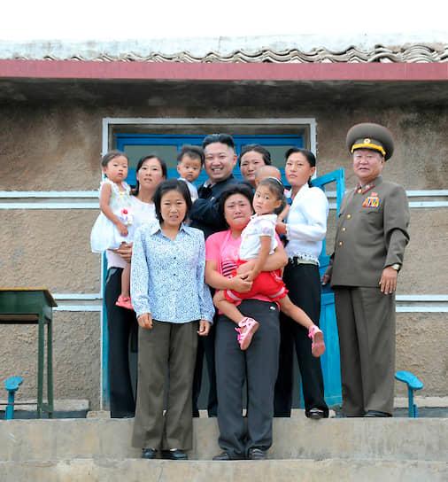 Сентябрь 2012. Ким Чен Ын с местными жителями одной из деревень