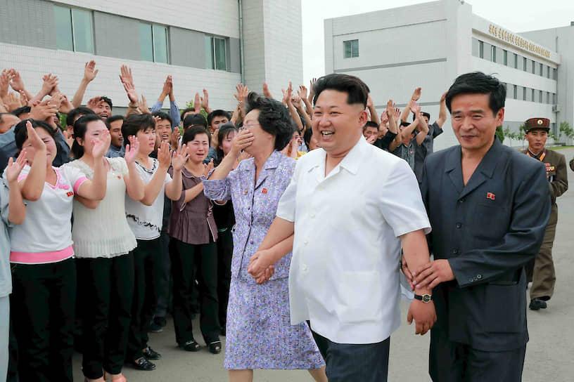 Июнь 2013. Ким Чен Ын во время визита в Пхеньянский институт биотехнологий