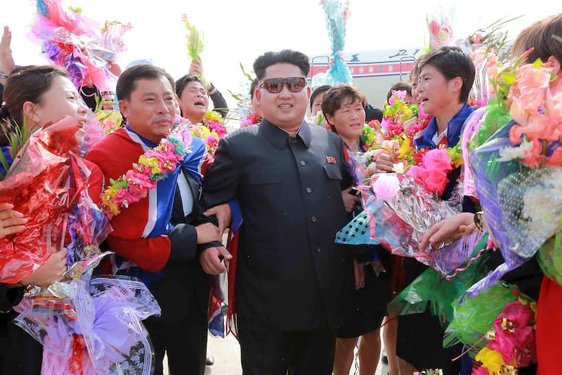 Август 2015. Ким Чен Ын встречает женскую сборную КНДР по футболу в аэропорту Пхеньяна