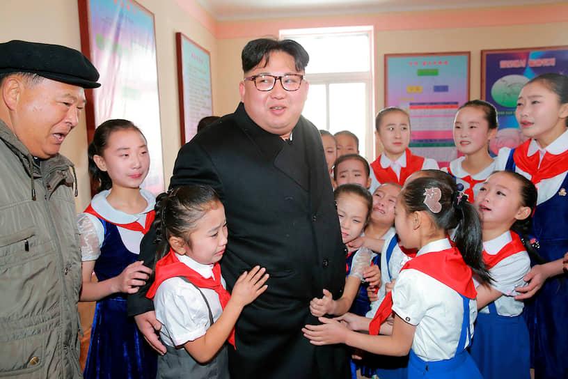 Ноябрь 2016. Лидер КНДР в одной из школ города Самджиён
