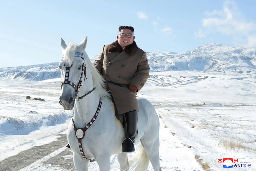 Октябрь 2019. Ким Чен Ын покоряет священную для корейцев гору Пэктусан на белом коне