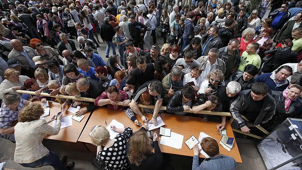 Жители Мариуполя заполняют бюллетени для участия в референдуме о государственном статусе региона