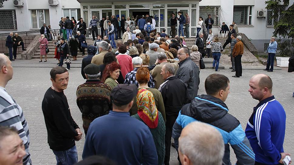 По словам организаторов референдума, на проведение голосования в Донецкой и Луганской областях было потрачено около 20 тыс. гривен (почти 61 тыс. рублей). На фото: очередь на избирательном участке в Мариуполе