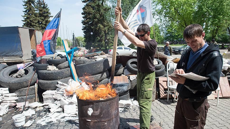 Ополченцы Краматорска сжигают проправительственные листовки перед входом в горсовет