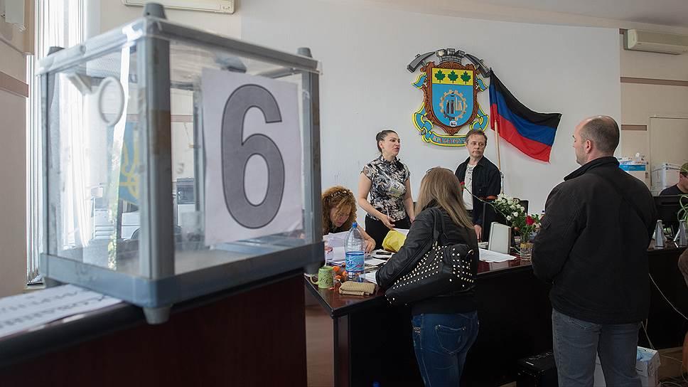 По словам сопредседателя правительства провозглашенной Донецкой народной республики Дениса Пушилина, явка на референдум «просто зашкаливает». На фото: ЦИК Краматорска