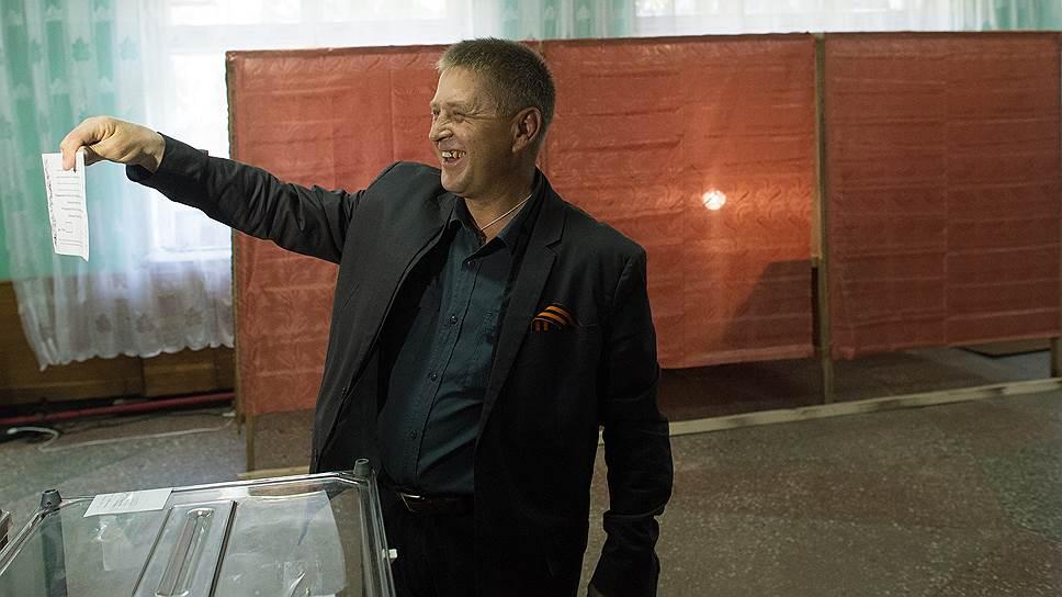 Народный мэр Славянска Вячеслав Пономарев на избирательном участке