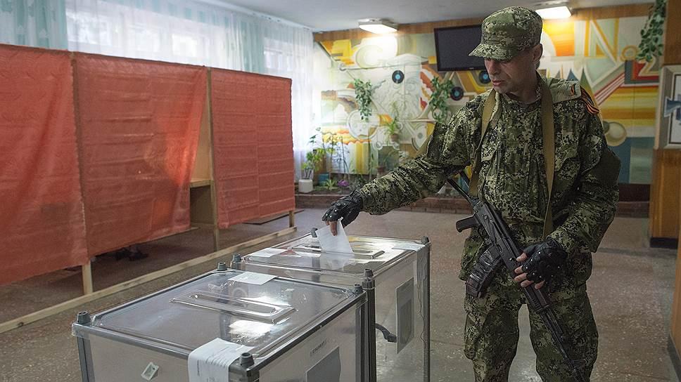 На востоке Украины 11 мая проходит референдум о государственном статусе регионов. На фото: избирательный участок в химическом техникуме Славянска