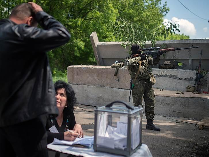 Избирательный пункт на блокпосту в поселке Семеновка при въезде в Славянск