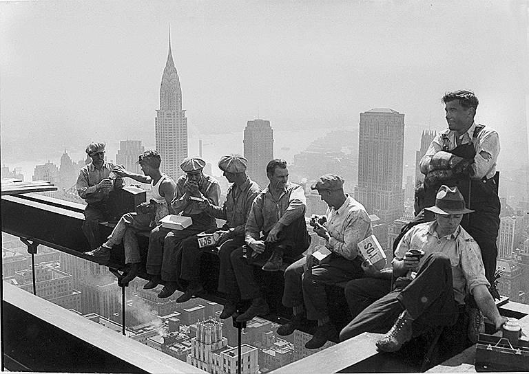 Компания Standard Oil начала приносить Джону Рокфеллеру ежегодно по $3 млн, имя предпринимателя стало символом богатства: он владел шестнадцатью железнодорожными и шестью сталелитейными компаниями, девятью фирмами, торгующими недвижимостью, шестью пароходствами, девятью банками<br> На фото: рабочие на стройке Рокфеллеровского центра в Нью-Йорке, 1932 год