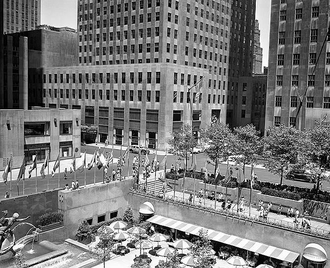 Строительство Рокфеллеровского центра (на фото) в Нью-Йорке продолжалось с 1931 по 1939 год. В 1989 году японская группа компаний Mitsubishi выкупила центр у семьи Рокфеллеров. Еще одно известное здание в Нью-Йорке, появившееся благодаря этой семье, — 102-этажный небоскреб Эмпайр-стейт-билдинг. Кроме того, Джон Рокфеллер-младший пожертвовал $9 млн на строительство здания ООН