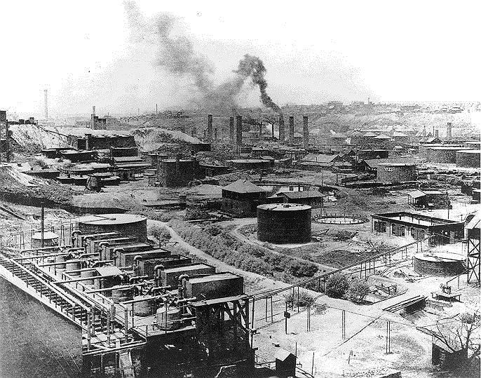В 16 лет Джон Рокфеллер окончил трехмесячные бухгалтерские курсы и устроился в компанию Hewitt & Tuttle в Кливленде — это была единственная в его биографии работа по найму. Два года спустя Рокфеллер стал младшим партнером коммерсанта Мориса Кларка, у которого впоследствии выкупил долю в нефтяном бизнесе. В результате в 1870 году была создана Standard Oil (на фото ее первый завод в Огайо) — компания по добыче, траспортировке, переработке нефти