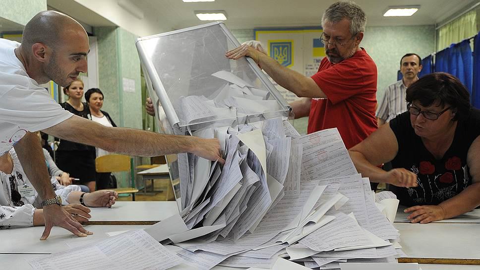 25 мая на Украине прошли внеочередные выборы президента. Явка составила более 60%. После подсчета 70,08% протоколов Петр Порошенко набирает 53,75%, Юлия Тимошенко — 13,11%, Олег Ляшко — 8,48%, Анатолий Гриценко — 5,42%, Сергей Тигипко — 5,29%, Михаил Добкин — 3,36%