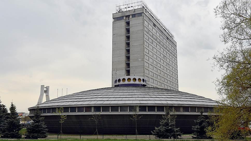 Вид на здание бывшего музея «Москвича» и административный корпус за ним
