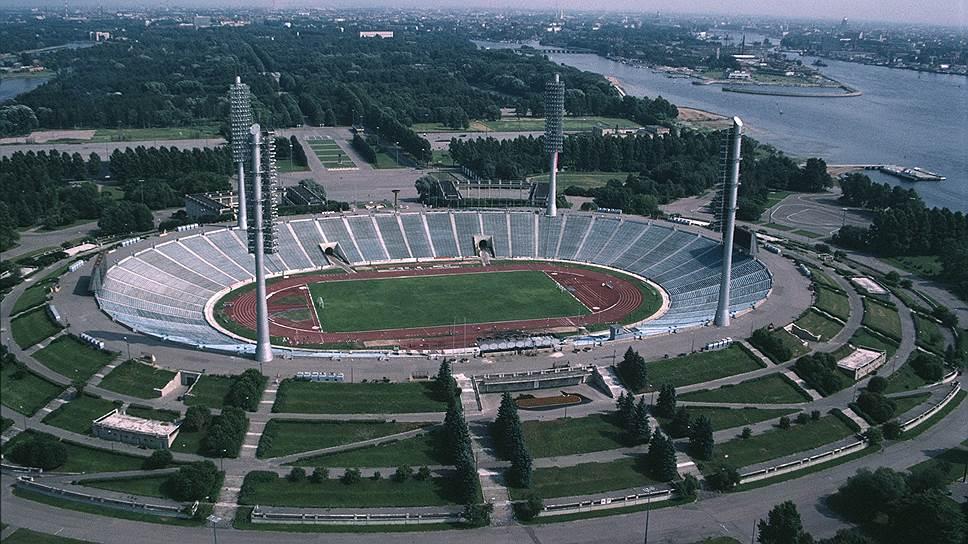 Стадион имени Кирова был самым большим в СССР и одним из крупнейших в мире. Честь принимать футбольные матчи Олимпиады-80 доверили именно ему. Правда, перед этим событием стадион пришлось реконструировать, и его вместимость значительно уменьшилась: до реконструкции он мог принять 100 тыс. зрителей, а после — лишь 71 тыс.