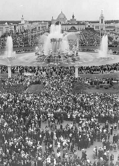 В 2013 году после 10-летней реконструкции на ВДНХ открылся один из символов выставки — фонтан «Дружба народов». Гости Москвы и сегодня специально приходят к фонтану фотографироваться на фоне 16 золотых девушек, символизирующих советские республики