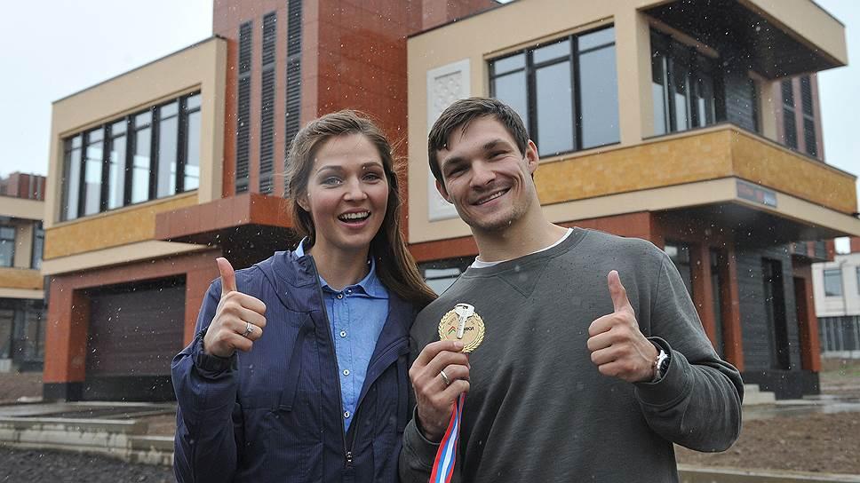 Члены олимпийской сборной команды России по горнолыжному спорту Алена Заварзина и Вик Уайлд