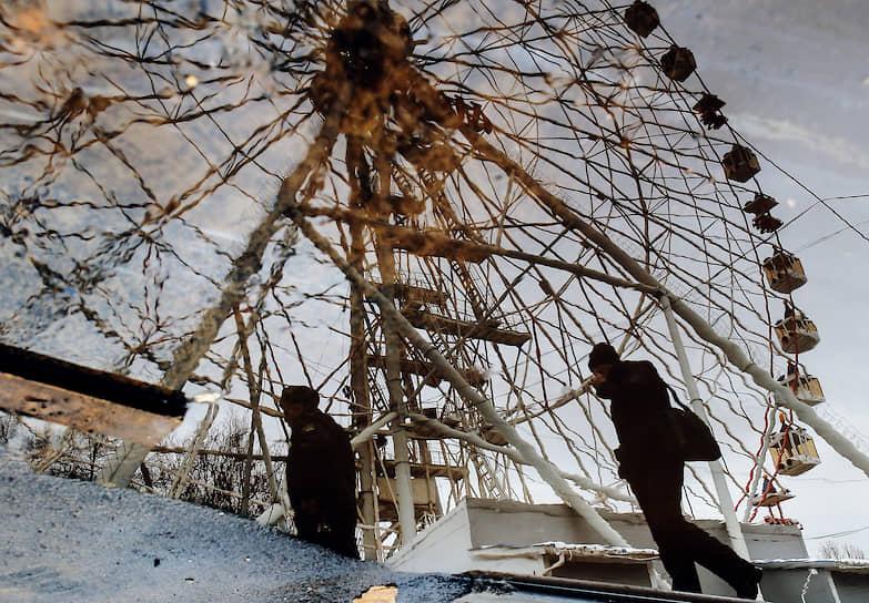 Вместе с другими аттракционами было убрано колесо обозрения «Москва-850», простоявшее возле северного входа ВДНХ около 20 лет