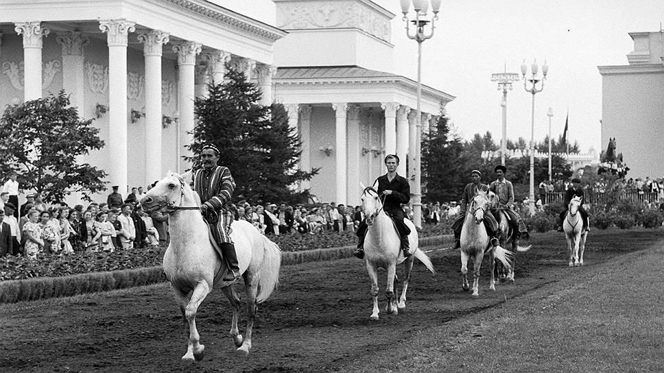 В мае 1958 года Совет Министров СССР принял постановление об объединении сельскохозяйственной, промышленной и строительной выставок на Фрунзенской набережной в Выставку достижений народного хозяйства СССР<br>На фото: ВДНХ в 1950-х годах