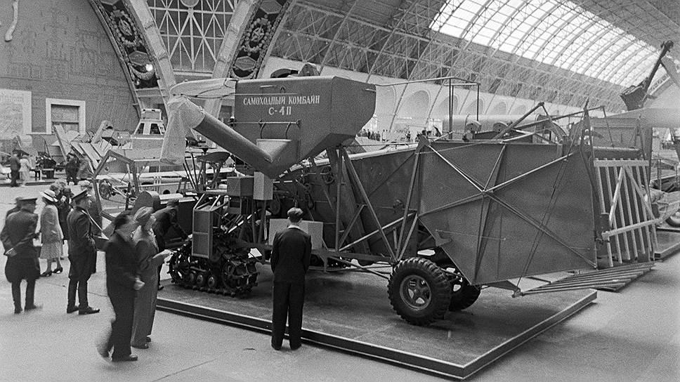 В павильоне механизации и электрификации сельского хозяйства Всесоюзной сельскохозяйственной выставки, 1954 год