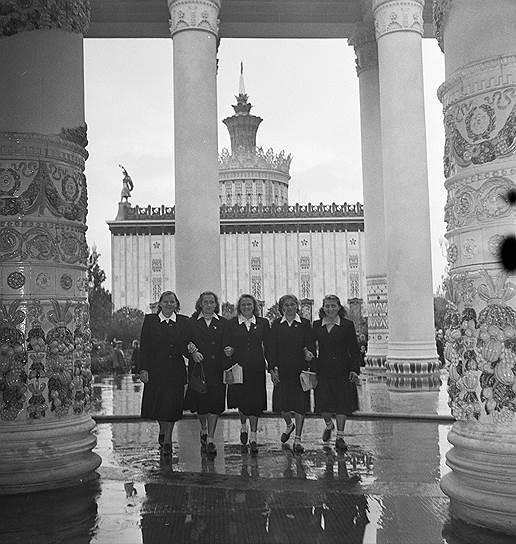 В конце 1950-х — начале 1960-х годов республиканские павильоны ВДНХ были переименованы в отраслевые. «Литовская ССР» стала «Химией», «Молдавская ССР» — «Стандартами», «Казахская ССР» — «Металлургией», «Украинская ССР» — «Земледелием» и так далее <br> На фото: животноводы колхоза «Новая жизнь» из Архангельской области знакомятся с павильонами выставки, 1950-е годы