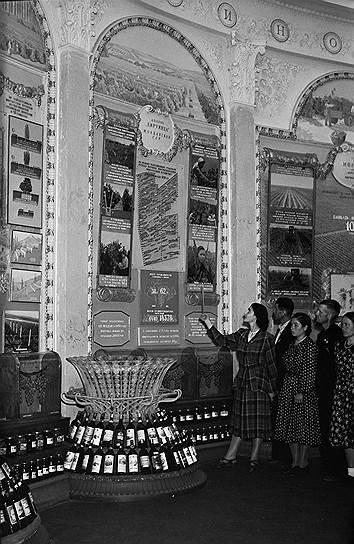 Группа колхозников из Молдавской ССР в павильоне виноградарства и виноделия Всесоюзной сельскохозяйственной выставки, 1955 год