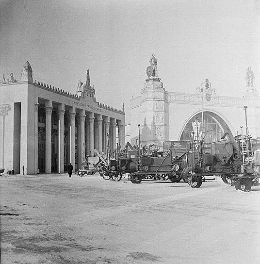 В 1956 году на территории ВСХВ была открыта Всесоюзная промышленная выставка, главными задачами которой была демонстрация индустриальных достижений<br> На фото: выставка сельхозтехники