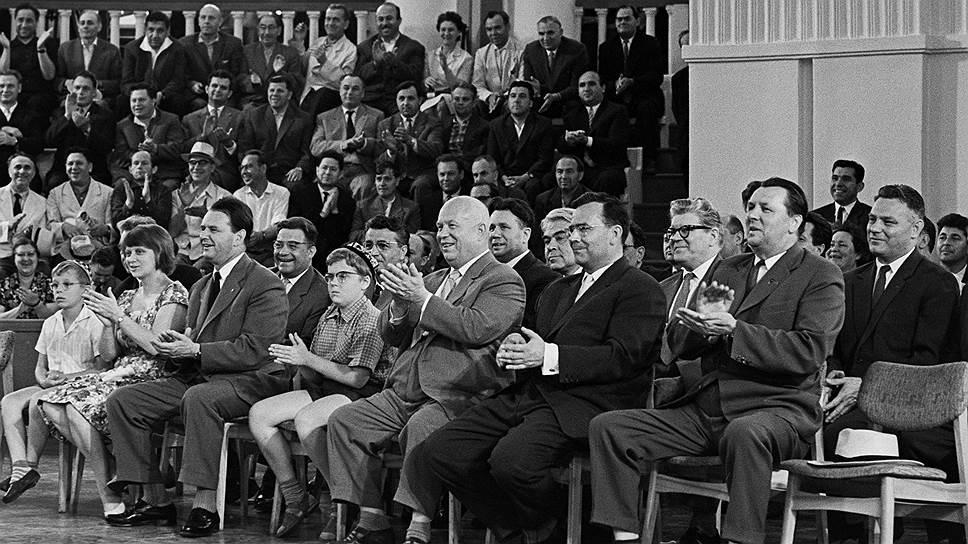 Первый секретарь ЦК КПСС Никита Хрущев охотно принимал односельчан из родной Калиновки в Москве. Доярка Зоя Алюскина, например, после поездки на ВДНХ была приглашена к первому секретарю на чай<br>На фото: руководители партии и правительства на демонстрации стрижки овец на ВДНХ СССР (Никита Хрущев — в центре)