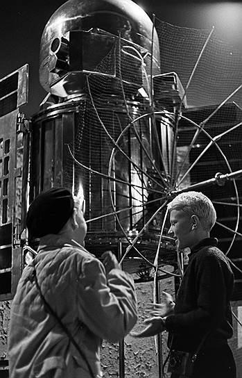 Выставка достижений народного хозяйства, ВДНХ, планировалась как смотр колхозных достижений всех республик СССР и вершин, достигнутых советской наукой<br>На фото: павильон «Космос», 1964 год