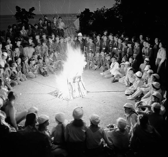 В первый год своего существования «Артек» принял 320 детей, которых размещали в брезентовых палатках у моря. В 1925 году лагерь состоял из четырех жилых палаток, изолятора, столовой под тентом, клуба-библиотеки, под который была отведена лучшая комната потемкинского дома (в начале XIX века в урочище находилось имение Потемкиных). У моря была разбита физкультурная площадка, там же зажигались первые артековские костры