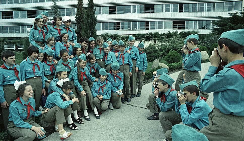 В советские времена поездка в «Артек» считалась престижной наградой. Путевку могли получить самые лучшие из пионеров по многочисленным показателям. В период с 1925 по 1969 годы в «Артеке» побывали 300 тыс. детей, в том числе — из 17 зарубежных стран