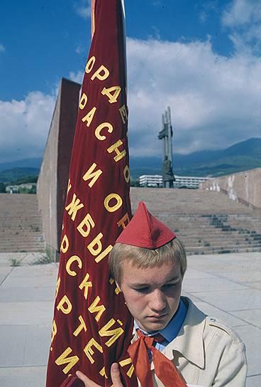 После распада СССР «Артек» принадлежал Украине и назывался Международным детским центром. В последние годы своего существования лагерь перестал быть круглогодичным, при этом заметно снизилась его наполняемость в летний сезон. В январе 2009 года «Артек» впервые за свою историю временно прекратил работу из-за проблем с финансированием. В марте 2014 года «Артек» был переведен на баланс Республики Крым