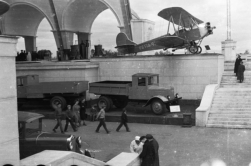 В годы Великой Отечественной войны выставка была закрыта, экспонаты эвакуированы в Челябинск. На базе производственных мастерских разместили цеха военно-ремонтного завода