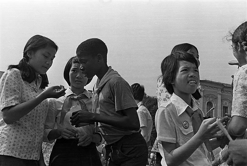 В «Артеке» принимали и зарубежных гостей: в 1920-е годы в лагере отдыхали дети и взрослые из Германии, Дании, Норвегии, Польши, Франции, Швеции, а в 1937 году на все лето приезжали дети из охваченной гражданской войной Испании