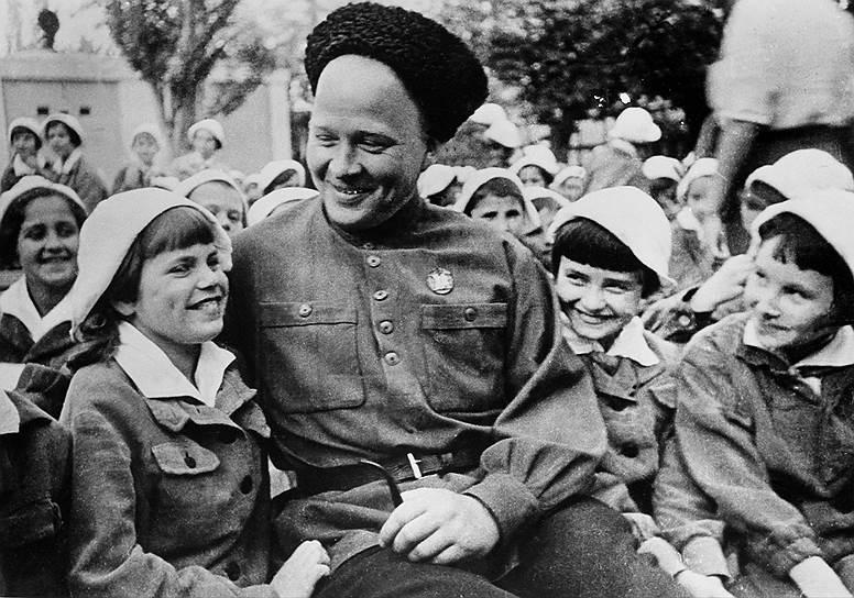 В 1927 году в «Артеке» была введена штатная должность вожатого отряда. Педагоги вели занятия по краеведению и естествознанию, организовывали экскурсии, проводили лекции — на образовательную работу с детьми отводилось 2-3 часа в день. Кроме того, в распорядок дня артековцев входил обязательный труд — уборка парка или пляжа, помощь расположенному по соседству хозяйству<br> На фото: советский писатель Аркадий Гайдар во время посещения «Артека»