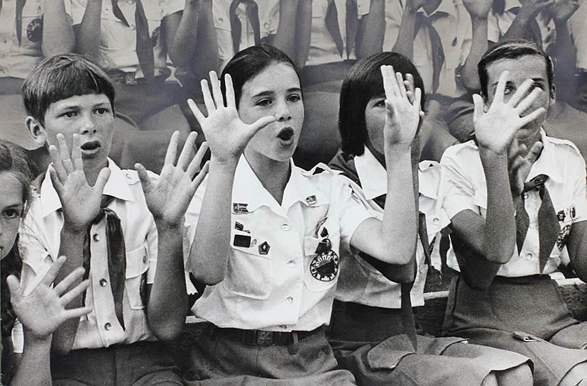 В 1983 году почетным гостем «Артека» стала американская школьница Саманта Смит (на фото вторая слева), приехавшая в СССР по приглашению Юрия Андропова. Саманта жила в одном из корпусов лагеря «Морской», носила артековскую форму, участвовала во всех мероприятиях лагеря. Девочке так понравилось в «Артеке», что она хотела сюда вернуться, но 25 августа 1985 года Саманта Смит погибла в авиакатастрофе