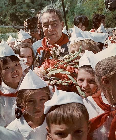 Первым главой советского правительства, посетившим «Артек», был Вячеслав Молотов в 1934 году. В 1979 году в лагере побывал генеральный секретарь ЦК КПСС Леонид Брежнев (на фото)