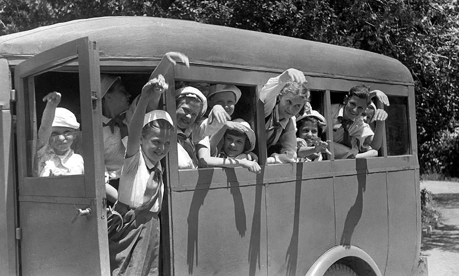 В первые годы существования в «Артеке» не было собственного транспорта — из-за этого практически не проводилось экскурсий за пределы лагеря