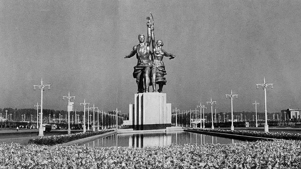В 2009 году на свое место во Всероссийский выставочный центр вернулась статуя «Рабочий и колхозница». Скульптуру Веры Мухиной отправили на реставрацию в 2003 году. К тому моменту 25-метровые стальные гиганты сильно проржавели, швы, соединявшие элементы скульптуры, кое-где разошлись
