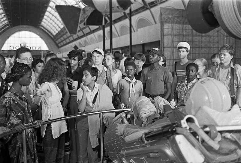 Экспозиция занимала свыше 136 га и насчитывала 52 павильона и 200 различных строений. На ВСХВ были представлены образцы сельскохозяйственных культур республик СССР, действовали тематические выставки. В первые три месяца работы выставку посетили 3,5 млн человек