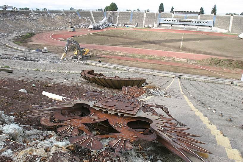 Снести стадион Кирова, который являлся памятником архитектуры первой половины XX века, и построить на его месте новую арену, было решено в 2005 году. 17 августа 2006 года на нем был проведен последний матч, часть зрительских мест к тому моменту были уже частично демонтированы. К концу 2006 года стадион был полностью снесен