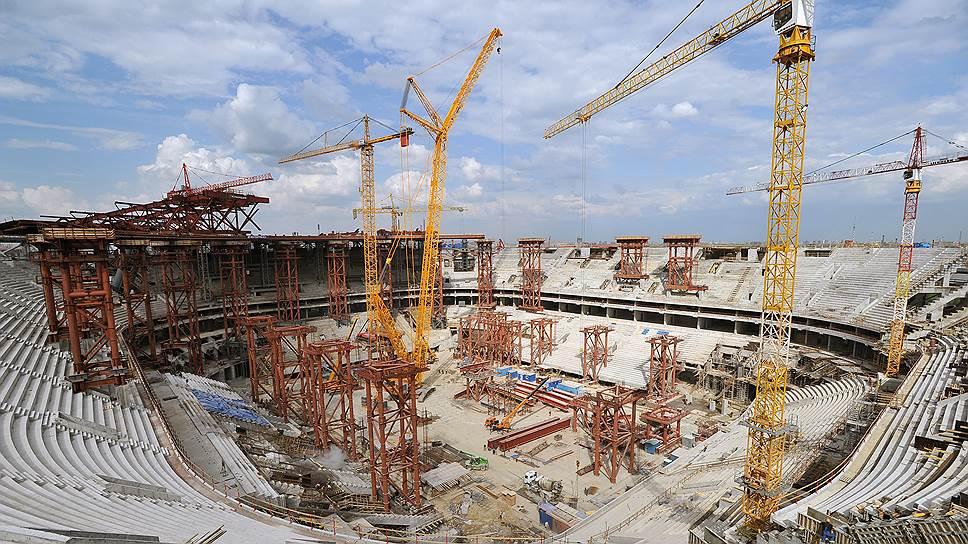 Сейчас на «Зенит-арене» приступили к внешней отделке фасадов, общая площадь которых составляет 120 тыс. кв. м — это 16 футбольных полей,— и возведению крыши. Согласно последним заявлениям, стадион должен быть готов к маю 2016 года