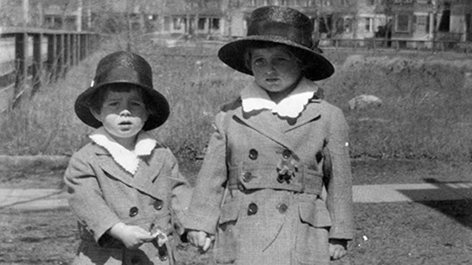 Джон Фицджеральд Кеннеди родился 29 мая 1917 года. Отец будущего президента Джозеф Патрик Кеннеди умел делать деньги: в период сухого закона, например, он умело торговал алкоголем. Накануне второй мировой клан Кеннеди считался вторым по богатству семейством в мире (после Рокфеллеров)На фото: Джон Фицджеральд Кеннеди и его старший брат Джозеф Патрик Кеннеди младший
