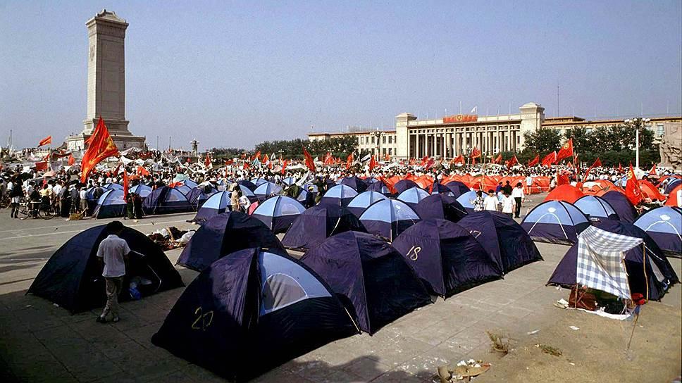 На площади протестующие разбили лагерь, в котором оставались около месяца. Спонсировал протестующих Чжао Цзыян и его сторонники. Требования протестующих были достаточно противоречивы: одни выступали против коррупции и требовали быстрых реформ, другие считали, что реформы и так зашли слишком далеко. Кроме Пекина, выступления проходили также в Шанхае, Чунцине, Ухане