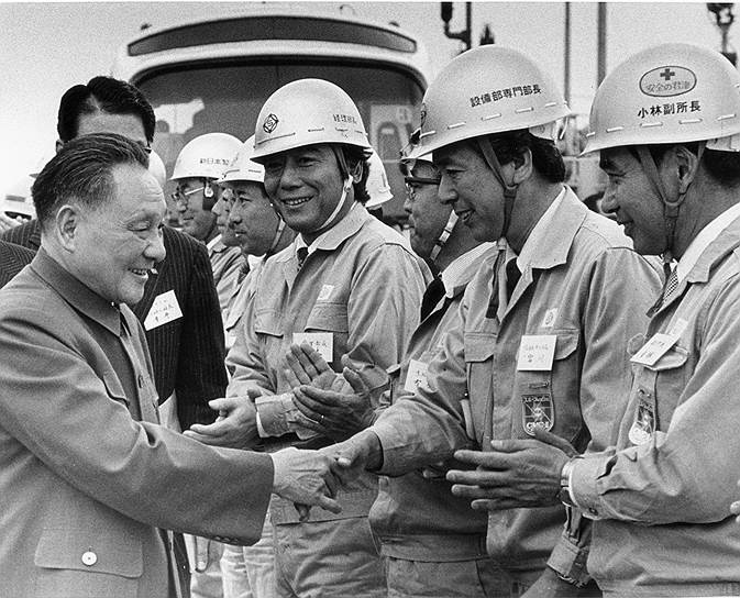Пришедший к власти Дэн Сяопин (на фото), начиная с 1978 года, проводил серию реформ, направленных на внедрение рыночной экономики и политических свобод, что ослабило систему, укрепившуюся во время правления Мао Цзэдуна